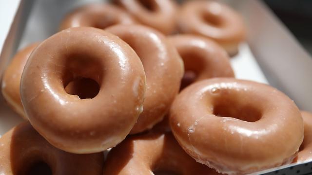 Lange rij voor gratis donuts aan de Nieuwendijk