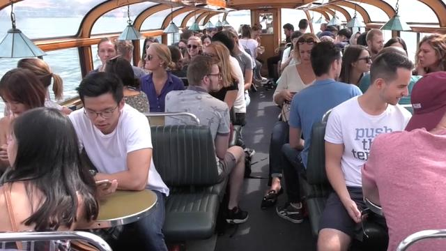 Internationale studenten met boten door Amsterdam als kennismaking