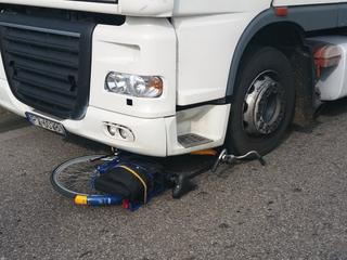 Het betreft een aanrijding tussen fietser en vrachtwagen