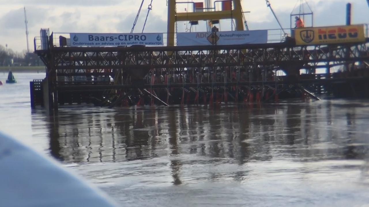 Middeleeuws koggeschip bij Kampen is boven water