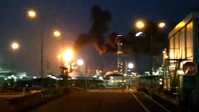 Grote rookwolken door brand in raffinaderij in Botlek