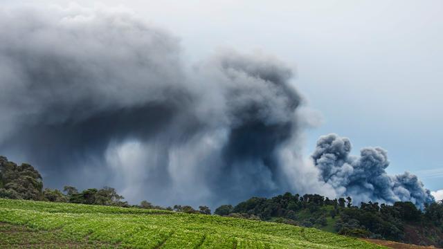 Vulkaan bedekt San José met rook en laag as