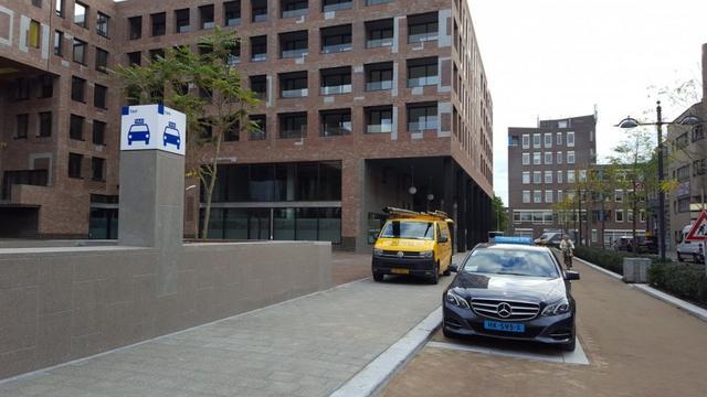 'Bewegwijzering naar taxistandplaatsen station moet duidelijker'