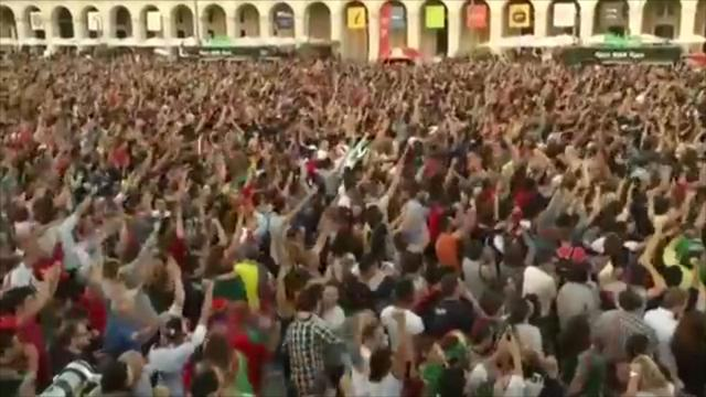 Portugese fans vieren winnende strafschop op Polen