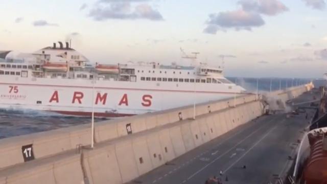 Veerboot vaart tegen kademuur aan bij Gran Canaria