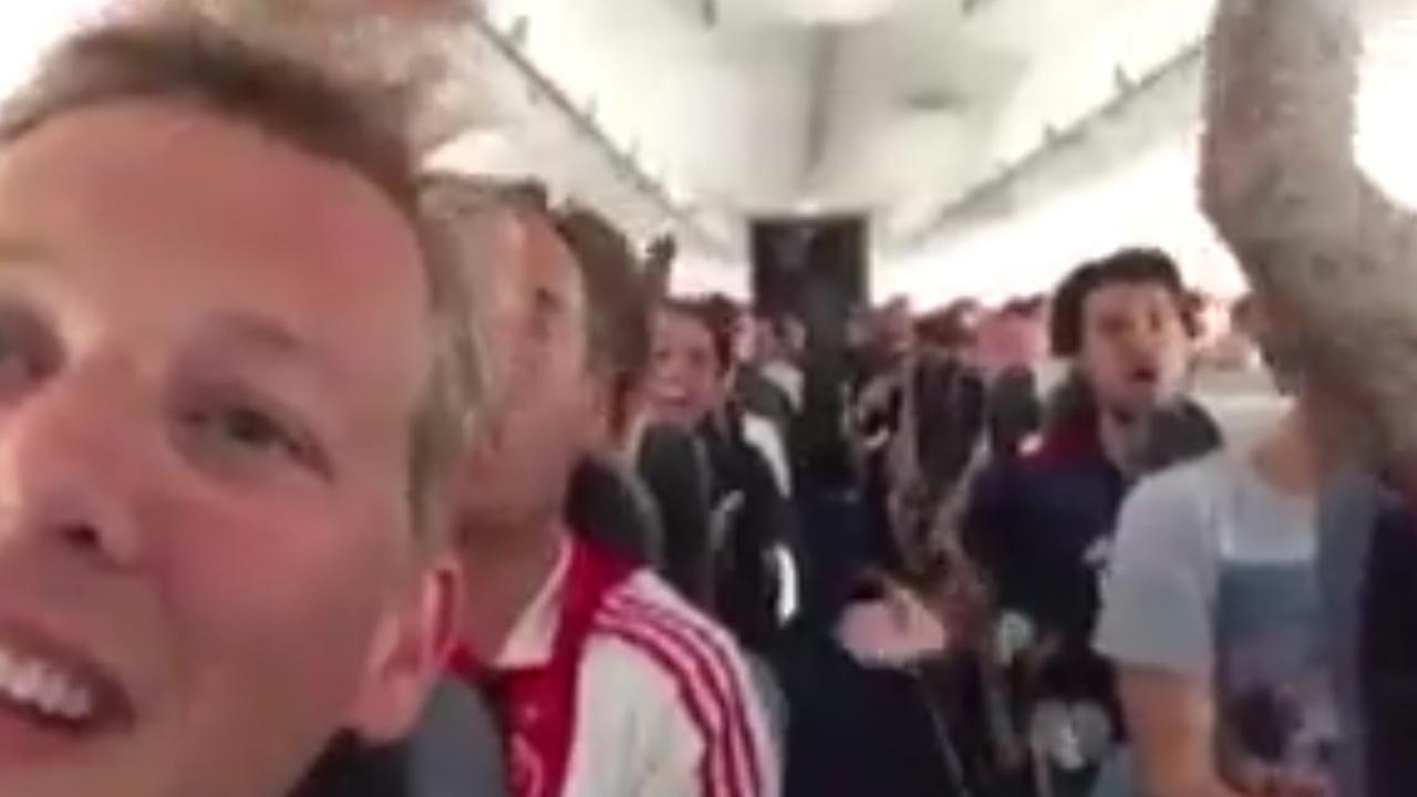 Ajax-supporters vieren feest in vliegtuig richting Stockholm