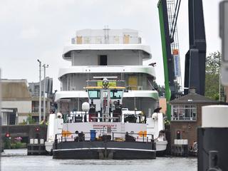 Afgelopen donderdag passeerde ook megajacht Hasna Alphen aan den Rijn