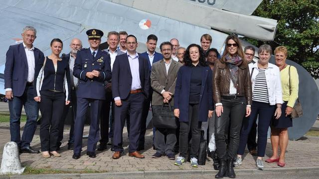 Landelijke en Europese politici bezoeken vliegbasis en Aviolanda
