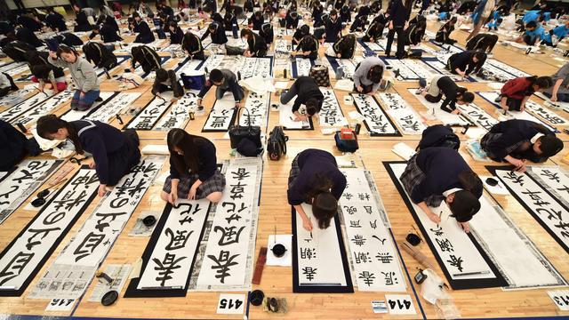 Japanners luiden nieuwe jaar in met kalligrafeerwedstrijd