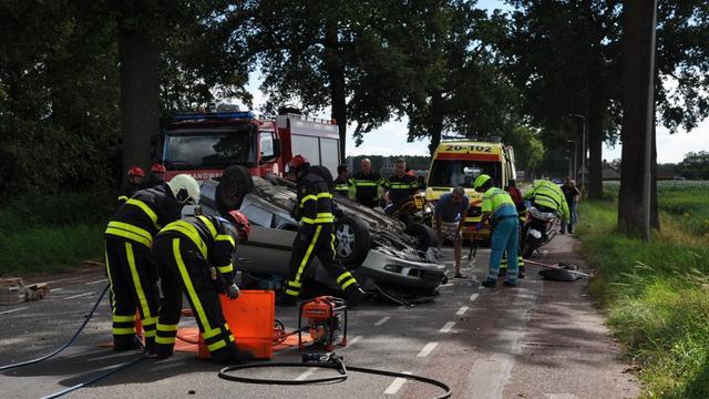 Automobilist slaat over de kop en raakt gewond
