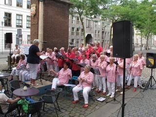 Menig Bredanaar plengt een traantje na de boodschap van de Tranen van Van Cooth om te stoppen met optredens van Hollandse artiesten rond het plein
