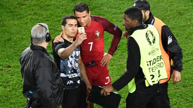 Portugal-fan ontloopt straf na selfie met Ronaldo