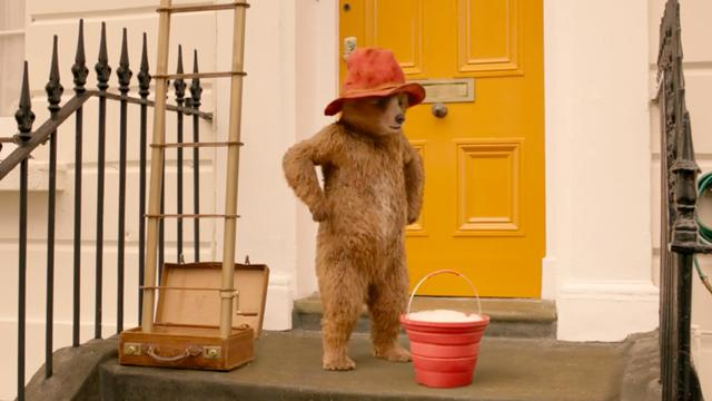 Paddington faalt bij schoonmaken ramen in trailer Paddington 2