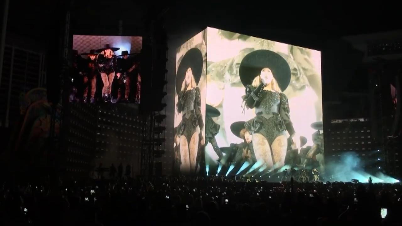 Beyoncé trapt tour af en draagt nummer op aan Jay Z