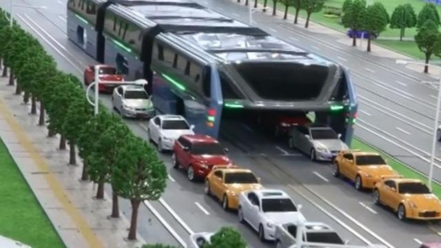 Chinese bus rijdt over files heen