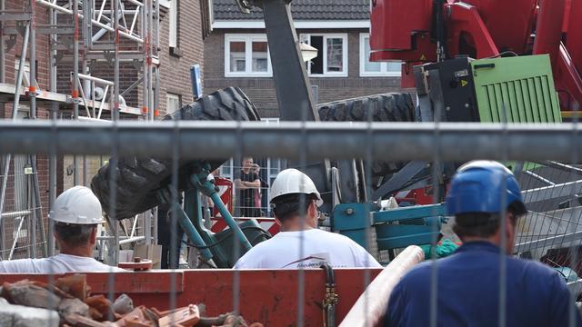 Omgevallen hijskraan richt ravage aan in Eindhoven
