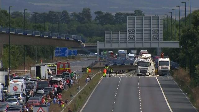 Voetgangersbrug valt op snelweg M20