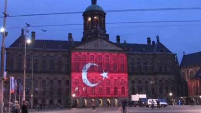 Turkse vlag op Paleis geprojecteerd voor slachtoffers aanslag Istanbul