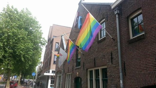 Regenboogvlaggen halfstok bij COC Leiden