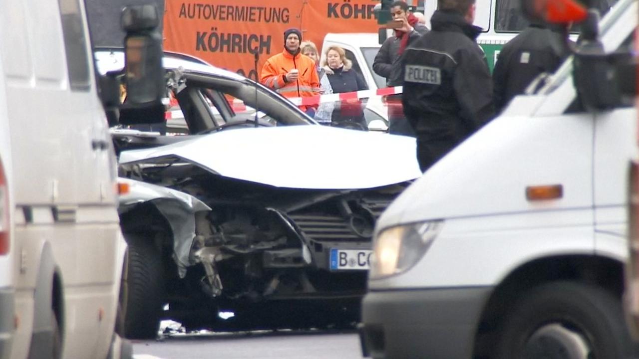 Auto ontploft vermoedelijk door springstof in westen Berlijn