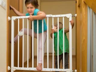 Kind kan blijven hangen tussen spijlen van het hek