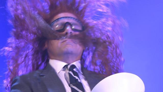 Luchtkanon schiet snor van gezicht Steve Carell bij Jimmy Fallon
