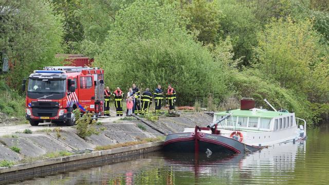 Brandweer probeert zinkend schip te redden in Oudenbosch