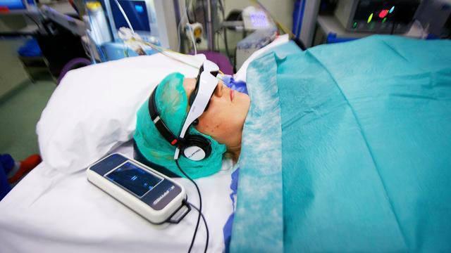AMC laat patiënten film kijken en muziek luisteren tijdens operatie