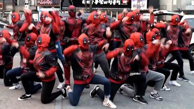 Dansgroep voert flashmob uit verkleed als Deadpool