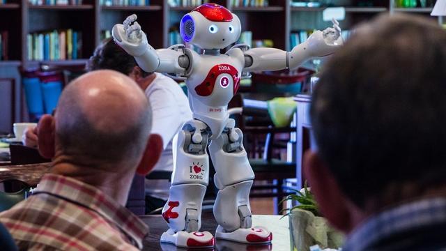 Bewoners De Wildenborch maken kennis met zorgrobot Zora