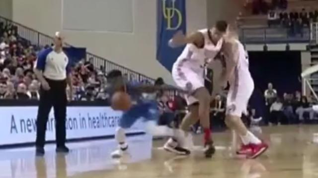 Amerikaanse basketballer dribbelt door benen tegenstander