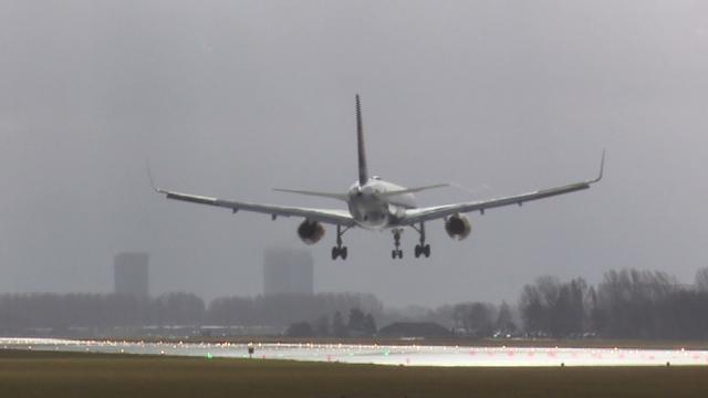 Vliegtuigen landen in de storm op Schiphol