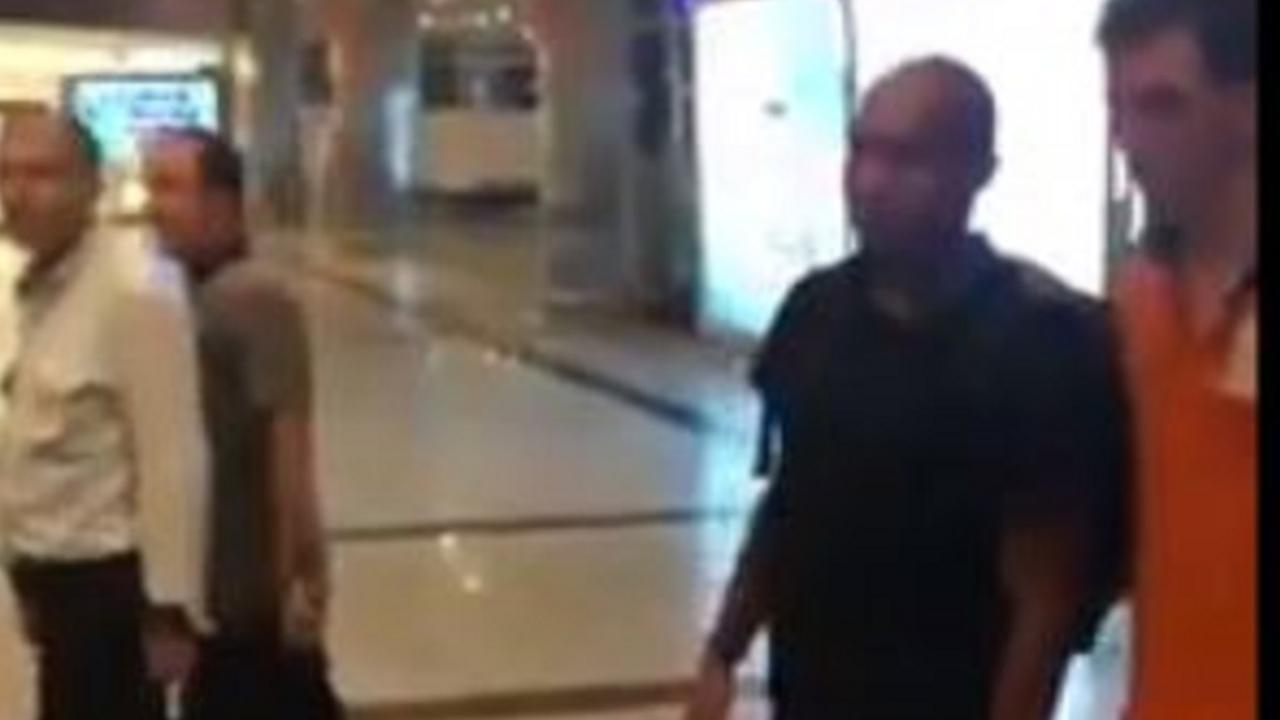 Nigel de Jong komt aan op luchthaven Istanbul