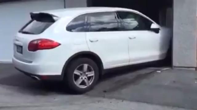 Man rijdt auto aan gort om parkeergarage in te kunnen