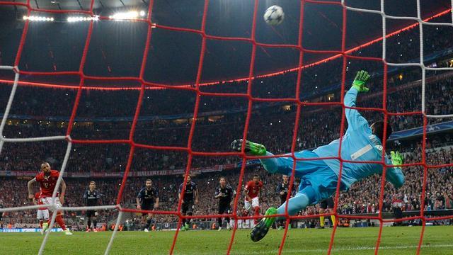 Vidal schiet penalty hoog over