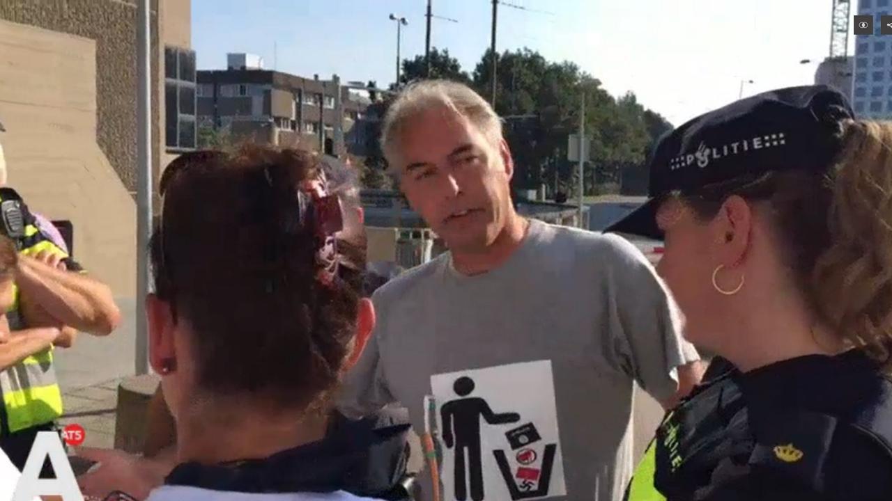 Pegida-voorman opgepakt bij rechtbank wegens hakenkruis in prullenbak op shirt