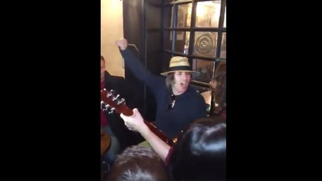 Liam Gallagher zingt Oasis-klassieker met fans