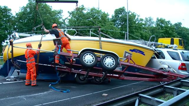 Boot blokkeert snelweg A50 door ongeluk met vrachtwagen