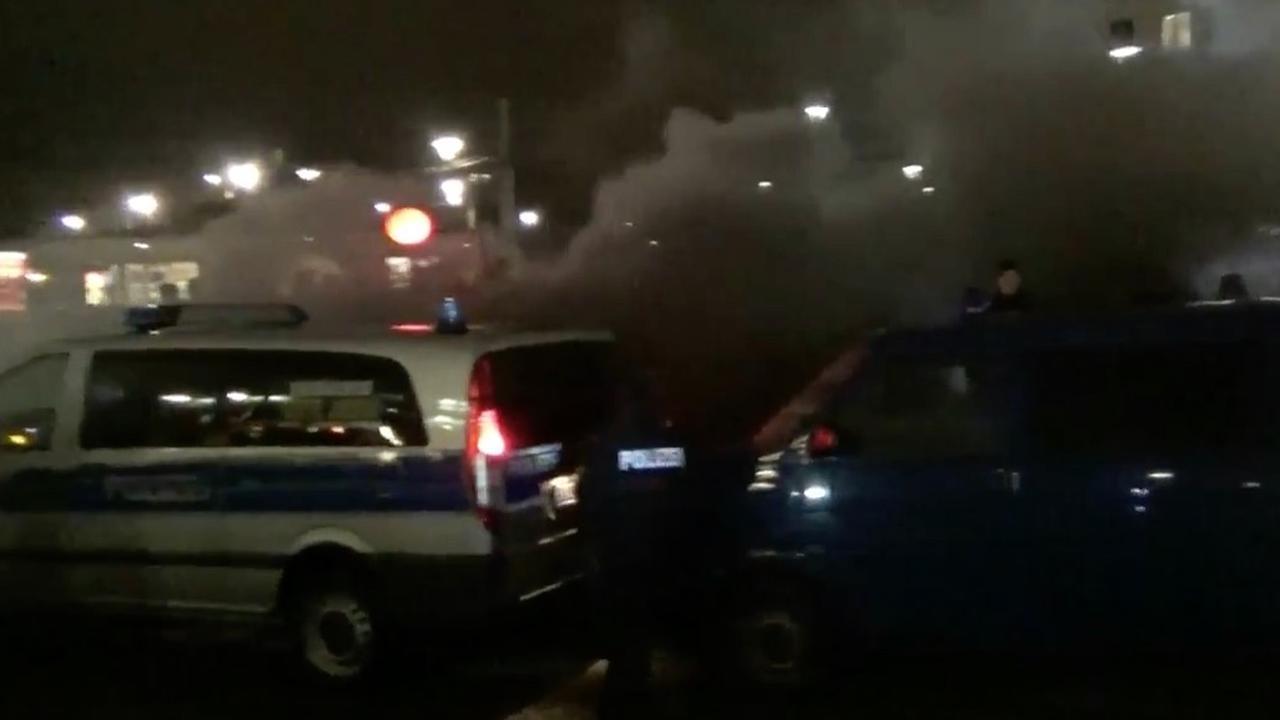 Politie gooit rookbommen naar Pegida-demonstranten