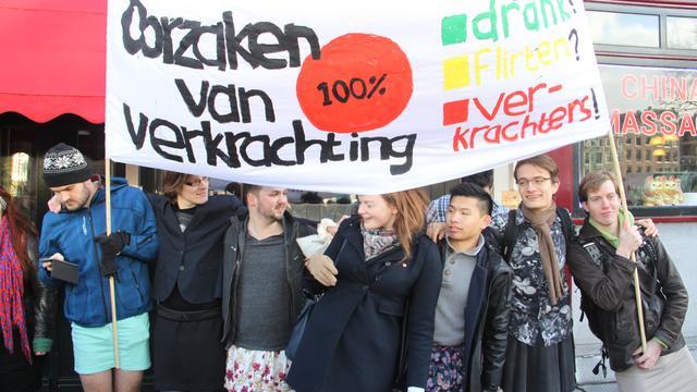 Tientallen mannen protesteren in rokje tegen seksueel geweld