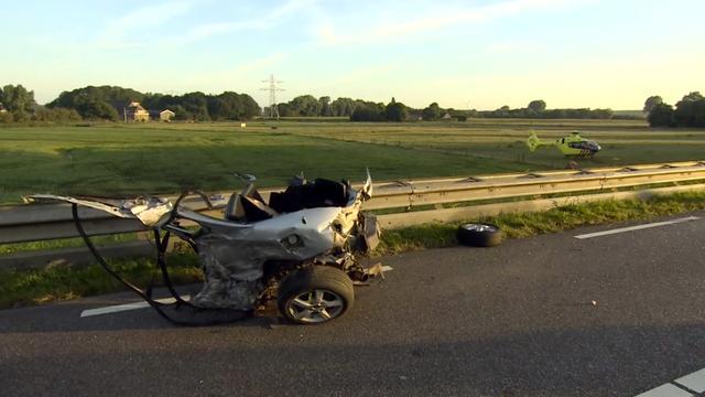 Auto in tweeën bij ernstig ongeluk Hellevoetsluis