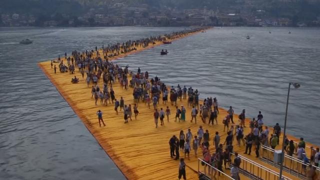 Duizenden Italianen lopen op kunstinstallatie in Iseomeer