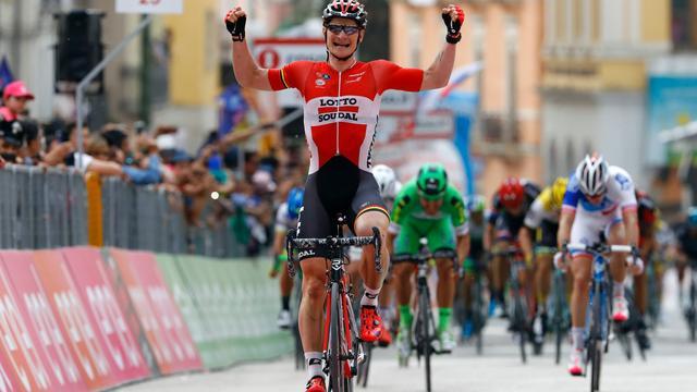 Greipel met overmacht naar ritzege in Giro, Dumoulin behoudt roze trui