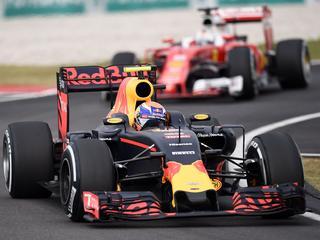 Hamilton blijft teamgenoot Rosberg voor op circuit van Sepang