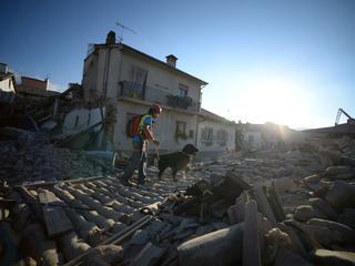 Meer dan 350 gewonden, zoektocht naar overlevenden gaat door