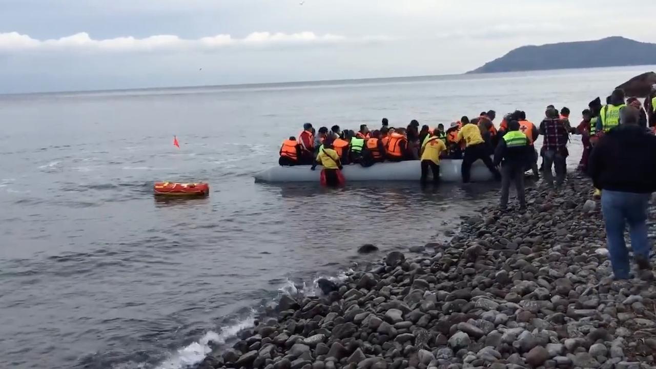 Robot begeleidt boot met Syrische vluchtelingen