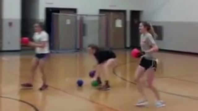 Softbalwerpster gooit klasgenoten eenvoudig uit met trefbal