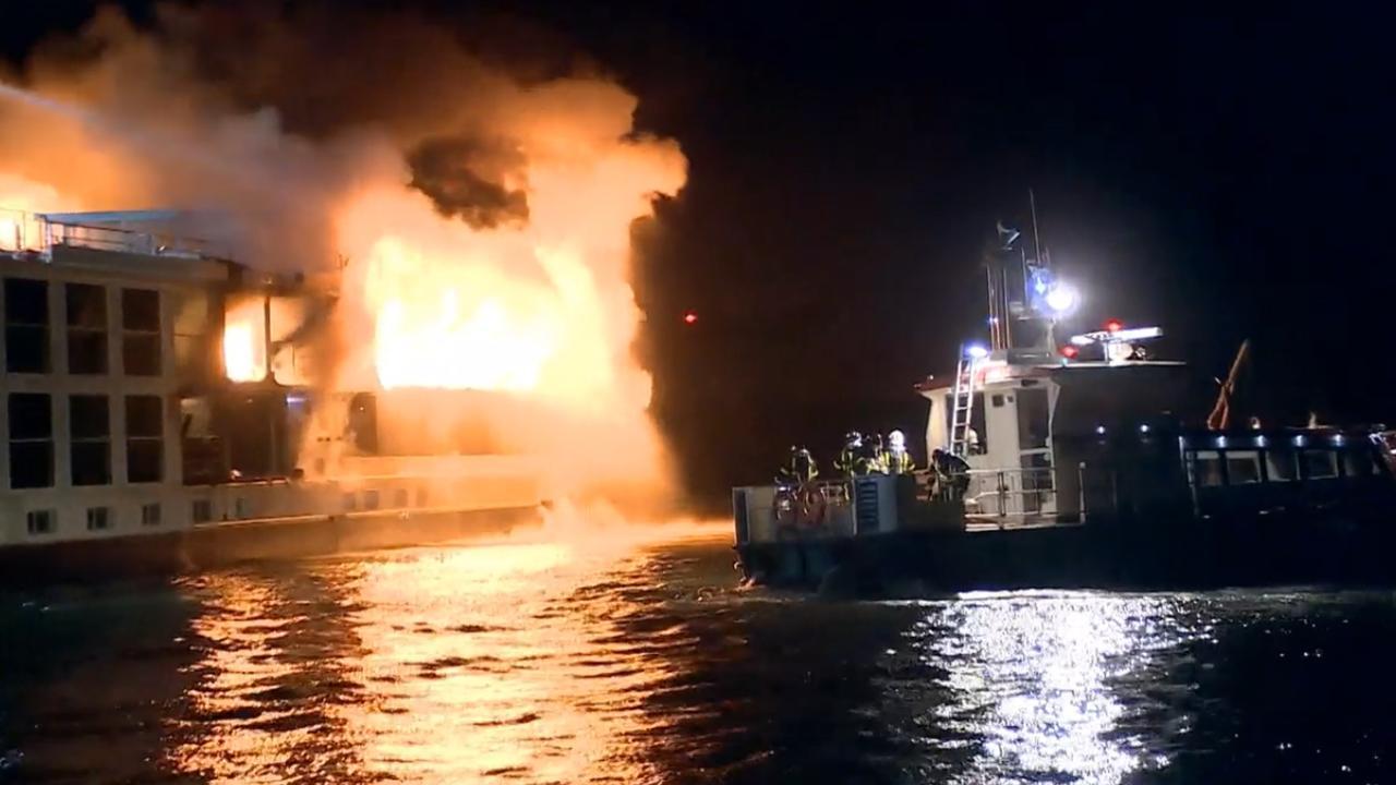 Grote brand op schip Hardinxveld-Giessendam