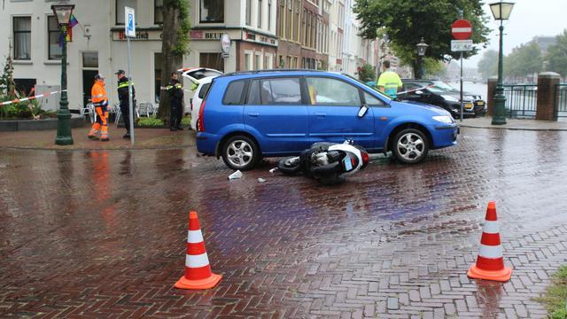 Bestuurder snorscooter gewond bij botsing op Volmolengracht