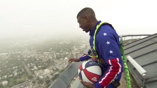 Basketballer maakt punt in Texas vanaf 178 meter hoogte